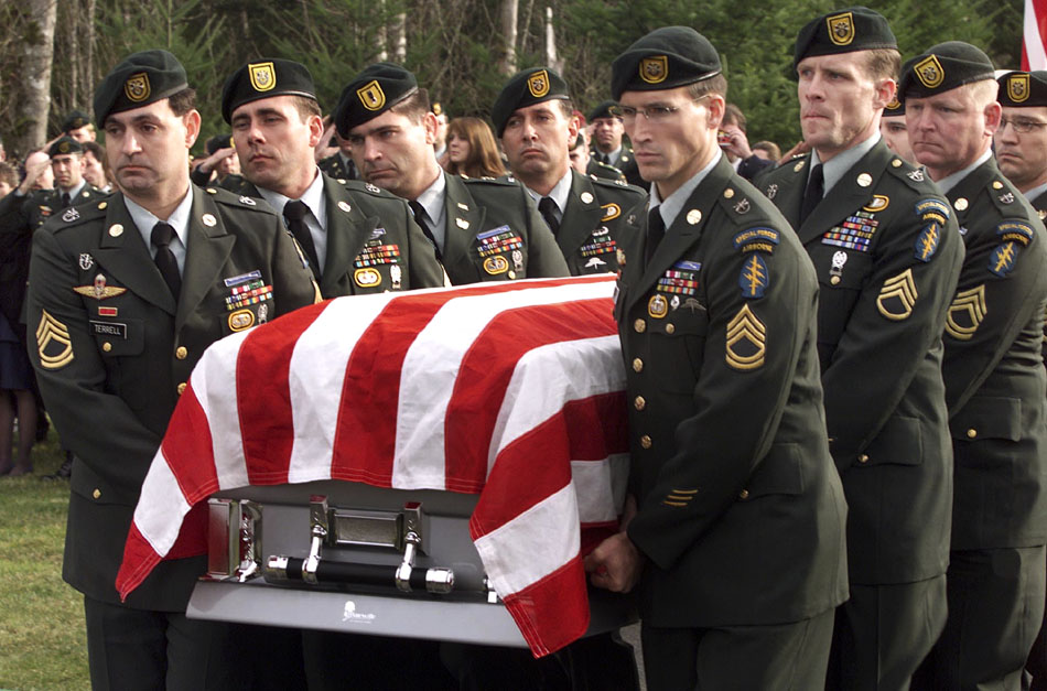 GREEN BERET DETACHMENT CARRY THE CASKET OF SFC NATHAN CHAPMAN